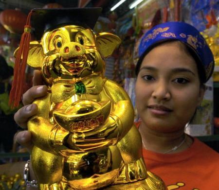 Филипины, г.Манила: золотой поросенок, который несет богатство и счастье. Фото: Joel Nito/AFP