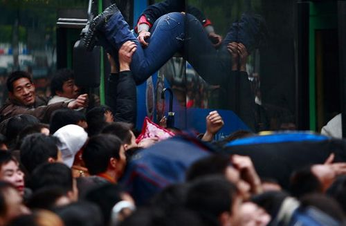 На залізничному вокзалі м. Гуанчжоу чекають потягів понад 100 тисяч чоловік. Фото: China Photos/Getty Images