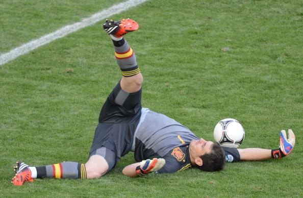 Испанский вратарь Икер Касильяс в матче Испании против Италии 10 июня 2012, Польша. Фото: PATRIK STOLLARZ/AFP/GettyImages