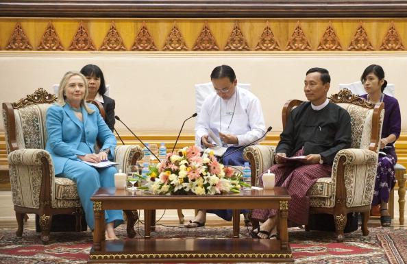 Спикер верхней палаты парламента Мьянмы Кхин Аунг Минт беседует во время встречи с госсекретарем США Хиллари Клинтон в Парламентском подворье в Нейпьидо 1 декабря 2011 года. Фото: Saul Loeb/Getty Images