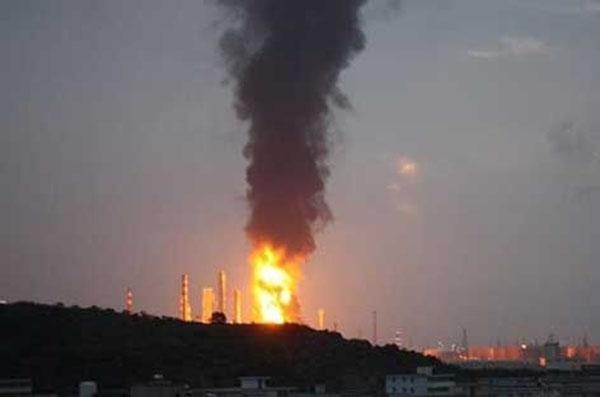 Вибух на нафтопереробному заводі в Хуейчжоу провінції Гуандун в Китаї на світанку 11 липня. Вибух викликав пожежу, полум'я досягло 90 м у висоту. Фото: epochtimes.com