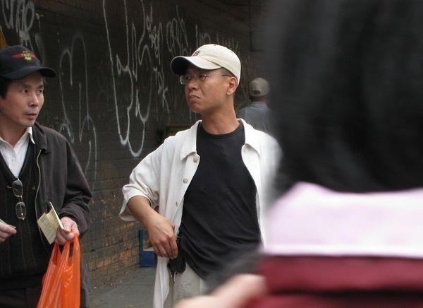 Видавши гроші, китаєць у піджаці, сказав: «Отримали гроші, а зараз ідіть туди», - показуючи в напрямку акції, присвяченої виходу з компартії. Фото надане жителем Нью-Йорка