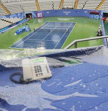 Погода явно не благоволить до Олімпіади. За даними пекінських синоптиків, починаючи з 13 серпня, в олімпійському парку випало до 79 мм опадів. А 14 серпня 2008 р. з 14 до 15 годин у Пекіні було зафіксовано 176 спалахів блискавок. Фото: AFP/ Getty Images