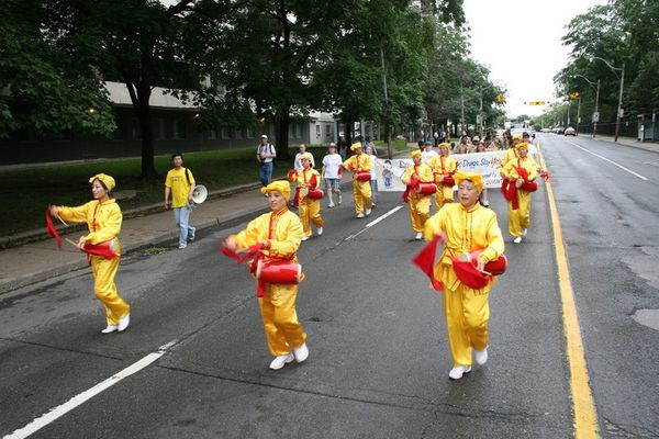 Творчий колектив «Лотос» і «Небесний оркестр» беруть участь у Міському фестивалі святого Джеймса в м. Торонто. Фото: Му Фен/The Epoch Times