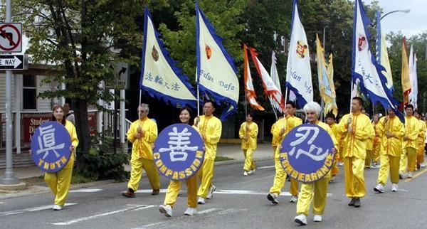 Последователи Фалуньгун проведи праздничное шествие в День Независимости США. 4 июля 2009 год. Фото с minghui.org
