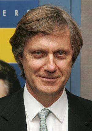 Директор Лассе Хальстрем (Lasse Hallstrom) прибыл на премьеру фильма 'Мистификация' (The Hoax) Фото: Peter Kramer/Getty Images