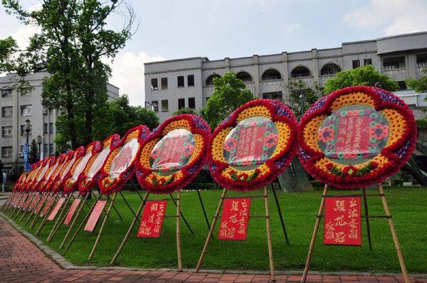 Многочисленные поздравительные букеты цветов, присланные от различных чиновников Тайваня, расположены вдоль дороги, ведущей к входу в концертный зал. Фото с epochtimes.com
