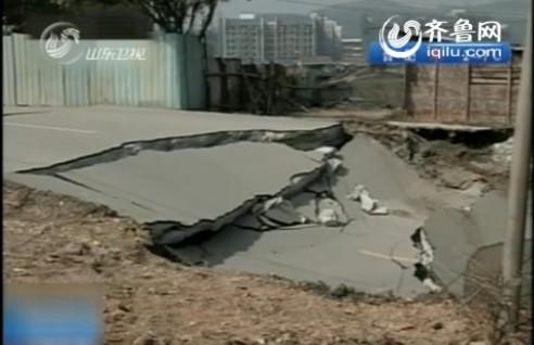Рядом с провалом покосился дом. Провинция Гуандун. Январь 2011 год. Фото: news.shm.com.cn
