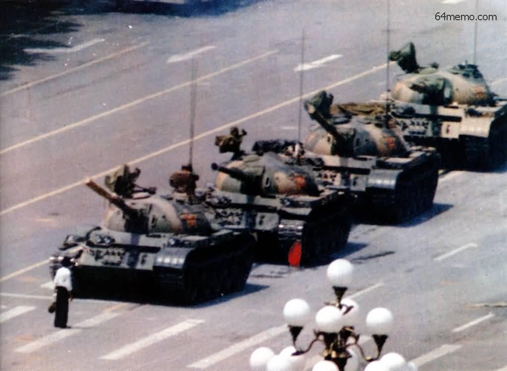 5 червня 1989 р. Студент своїм тілом намагається зупинити колону танків. У тижневику «Ера» цього студента назвали видатною людиною нашої епохи. Але ми не знаємо хто він, як його ім'я і де він зараз. Фото: 64memo.com