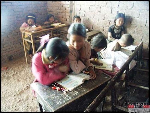 Сільська початкова школа в Китаї. Повіт Мабьянь провінції Сичуань. Фото: Чжоу Чжунмінь
