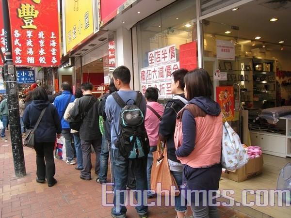 Черга за квітами до Дня закоханих та китайського Нового року. Гонконг. 2010 рік. Фото: The Epoch Times