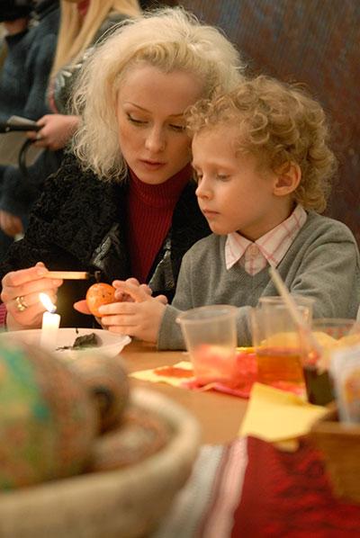 Юлія и Кирилло Гапчук на майстер-класі з писанкарства в Києві 17 березня 2010 року. Фото: Володимир Бородін/The Epoch Times