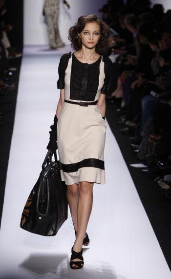 Колекція жіночого одягу Diane Von Furstenberg осінь 2008 від дизайнера Diane Von Furstenberg, представлена 3 лютого на тижні моди від Mercedes-Benz в Нью-Йорку. Фото: Frazer Harrison/Getty Images