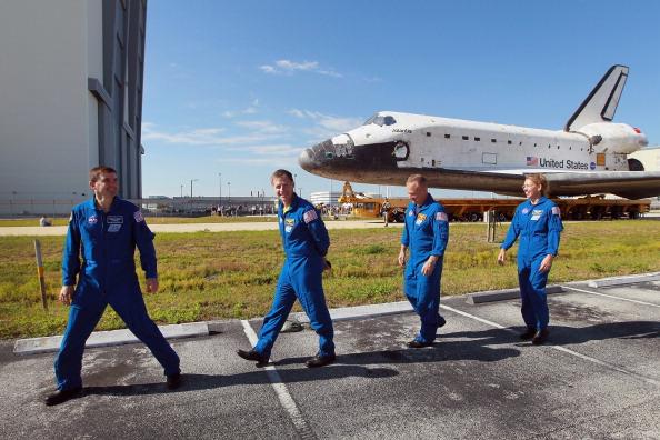 Астронавты экипажа «Атлантис» сопровождают транспортировку шаттла из ангара в здание вертикальной сборки: (слева направо) Рекс Уолхейм, Кристофер Фергюсон, Дуглас Херли, Сандра Магнус. Фото: Joe Raedle/Getty Images