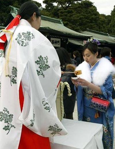 «Ритуал совершеннолетия» в Японии. Фото с renminbao.com