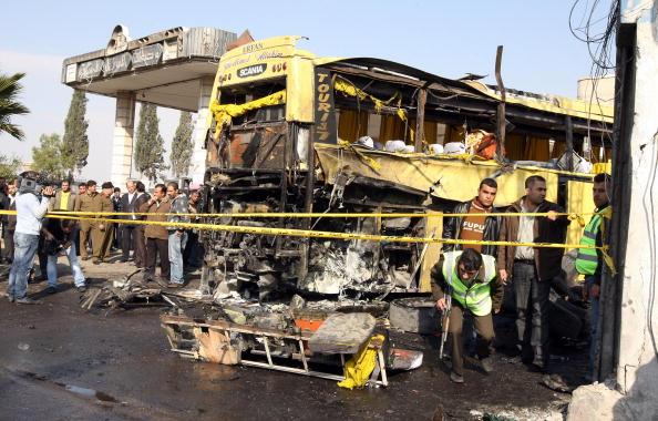Вибух автобуса в Дамаску забрав життя 6 осіб. Інцидент стався на автозаправці в 500 метрах від мечеті Сеїда Зейнаб, яка є третьою за значенням святинею мусульман-шиїтів. Фото: LOUAI BESHARA / AFP / Getty Images