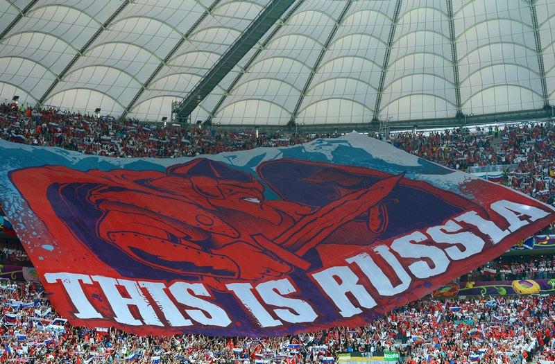 Варшава, Польша, 12 июня. Евро-2012, матч Польша — Россия. Российские фанаты развернули на трибуне огромный флаг. Фото: Shaun Botterill/Getty Images