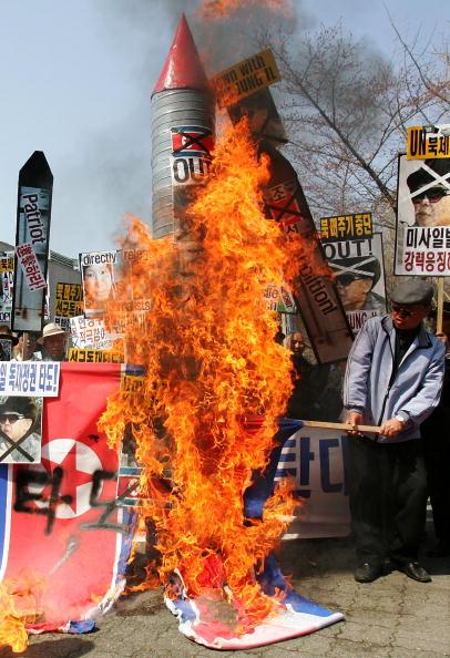 Южнокорейцы протестуют против запуска ракеты. Фото: Getty Images