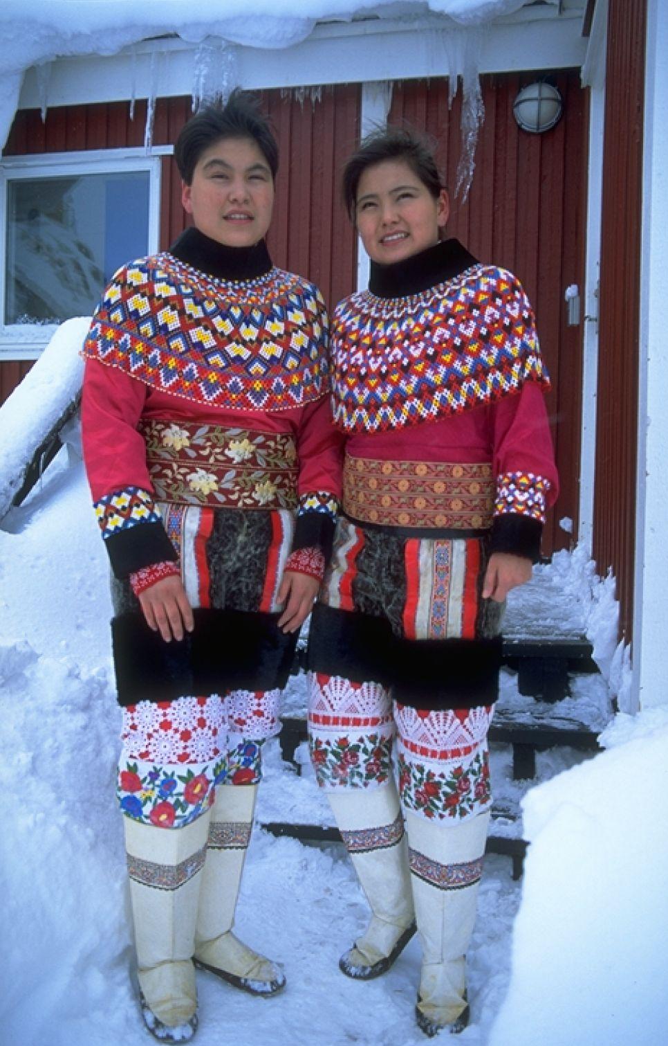 Культура ескімосів. Автор висловив бажання дізнатися більше про культуру гренландських ескімосів. Верхня частина національного одягу виготовлена з тисячі бусин. Фото: reenland Tourism/ Lars Reimers