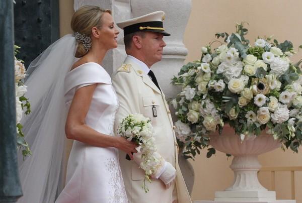 Княгиня Шарлин и князь Альбер ІІ оставляют дворец после религиозной церемонии королевской свадьбы. Фото: Sean Gallup/Getty Images