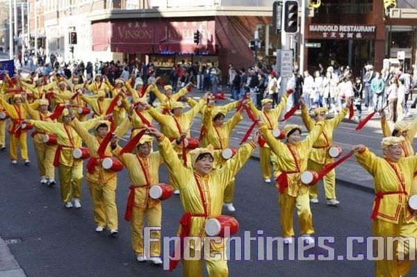 Колонна китайских барабанщиков. Фото: Ло Я/The Epoch Times