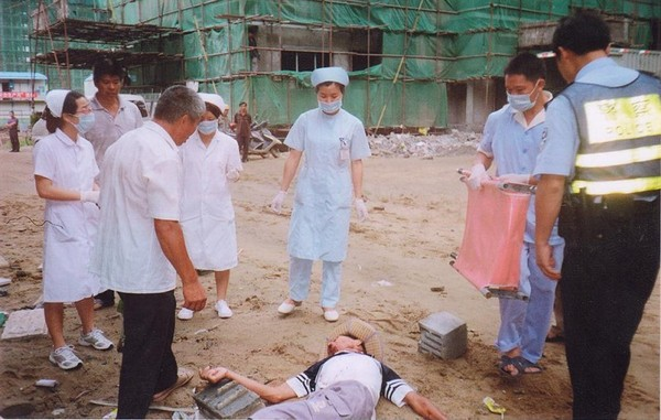 Бандити, найняті компанією-забудовником, побили літніх селян, які захищаюли свою землю. Село Сіньі провінції Фуцзянь. 14 липня 2009 року. Фото з epochtimes.com