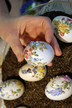 Мастерица вышивальной техники, Элизабет Кляйн демонстрирует свое цветочное произведение искусства на яйце. Фото: Великая Эпоха