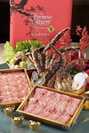 Самовар японський. Свіжий краб, живий лосось, живий омар, філй яловиче, а також інші морепродукти. Фото з epochtimes.com
