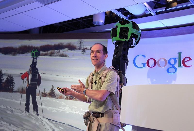 Сан-Франциско, США, 6 июня. Технический директор компании Google представил на конференции, посвящённой проекту картографии Google Maps, переносную систему Trekker, позволяющую заснять труднодоступные места. Фото: Justin Sullivan/Getty Images