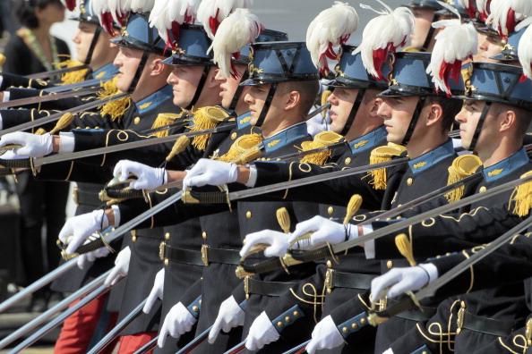 Курсанты специальной военной школы Сен-Сир маршем прошли по Елисейским полям во время ежегодного дня взятия Бастилии. Парад в Париже 14 июля 2011 года. Фото: Getty Images