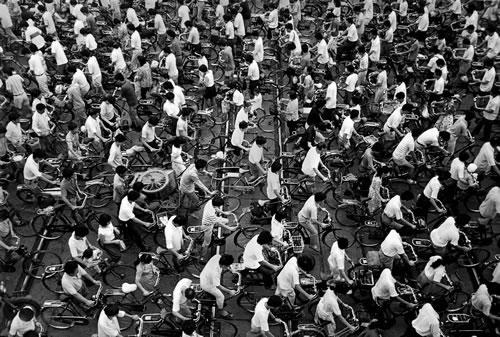 Люди едут на работу. Шанхай. 1991 год. Фото: Wan Wenlan