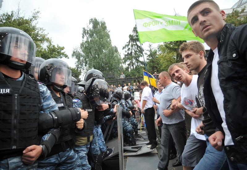 Сторонники различных оппозиционных партий, прорываются через полицейский кордон во время акции протеста в Киеве 24 августа 2011 года. Киевский суд запретил накануне проведение митингов и шествий в день 20-й годовщины независимости Украины. Фото: Genya Sav