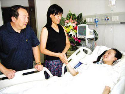 Батьки Лю Янь прийшли відвідати її в лікарню. Вся нижня частина її тіла повністю паралізована. Фото з epochteims.com