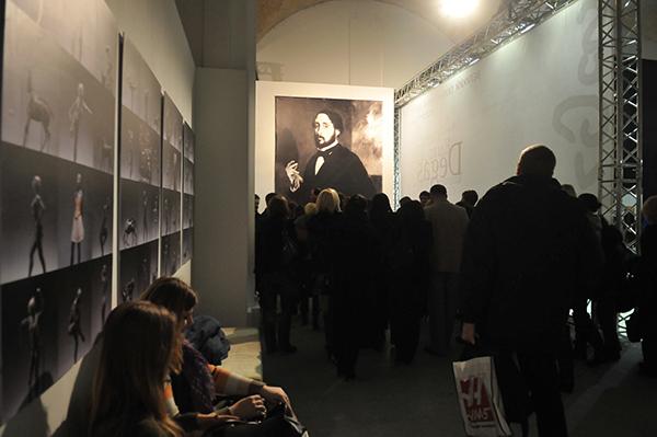 Відвідувачі чекають на відкриття експозиції скульптур Едгара Дега на Великому скульптурному салоні у Києві 17 лютого 2011 року. Фото: Володимир Бородін / The Epoch Times Україна