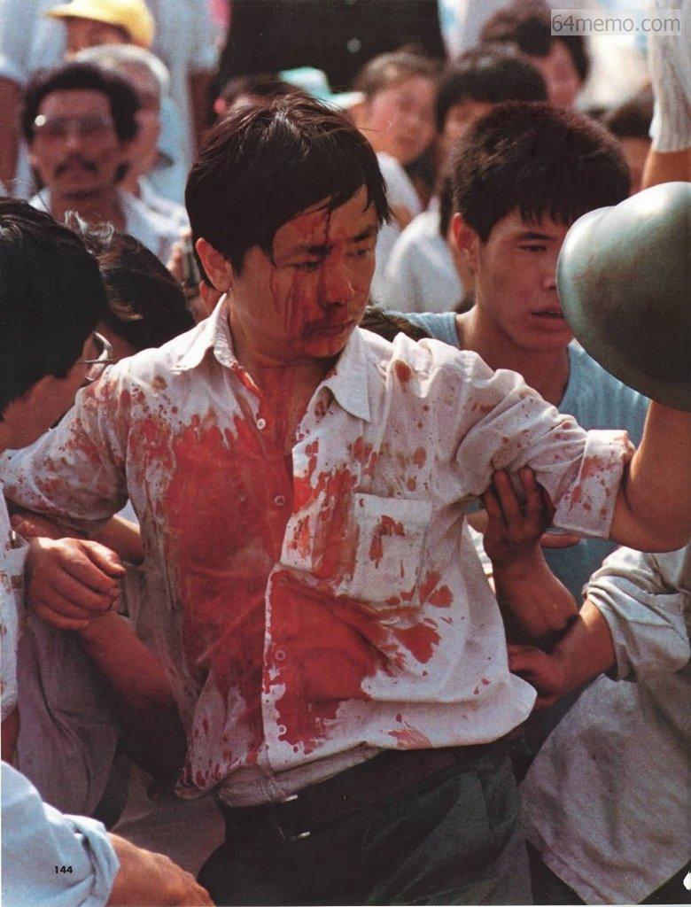 3 червня 1989 р. Напроти будівлі народного зібрання у Пекіні сталася сутичка містян із солдатами. Побитий солдатами робітник увесь в крові тримає каску, яку йому вдалося зірвати з когось із солдатів під час колотнечі. Фото: 64memo.com