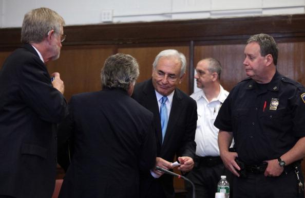 Экс-глава Международного валютного фонда Доминик Стросс-Кан со своими адвокатами в Манхэттенском Верховном суде штата Нью-Йорк 1 июля 2011 года. Фото: Todd Heisler-Pool / Getty Images