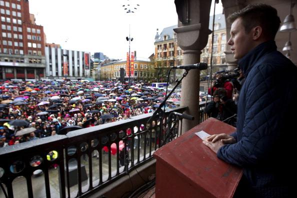 Глава Движения молодёжного труда Эскил Педерсен произносит речь перед норвежцами, которые собрались спеть нелюбимую песню Брейвика. Фото: Lien, Kyrre/AFP/GettyImages