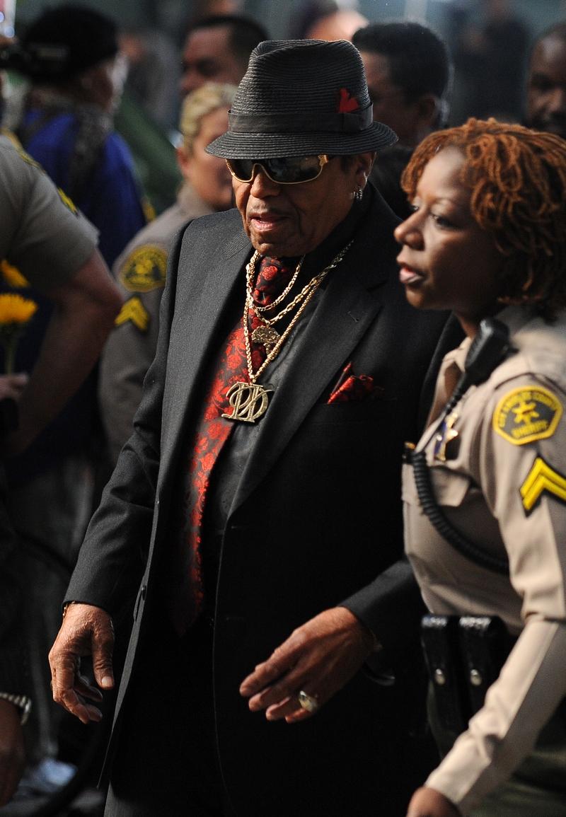 Отец Майкла Джексона Джо Джексон прибыл 27 сентября 2011 в Верховный суд Лос-Анджелеса, чтобы услышать вступительное заявление по поводу непреднамеренного убийства его сына. Фото: Робин Бек / Getty Images