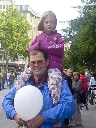 43-летний Карстен Келлер пришел на парад со своей 4-летней дочерью: «Это хорошо для ребенка - увидеть разные культуры и услышать различную музыку». Он отметил китайскую группу и участников из Перу и Вьетнама. Фото: Чжихун Чжен/Великая Эпоха, Германия