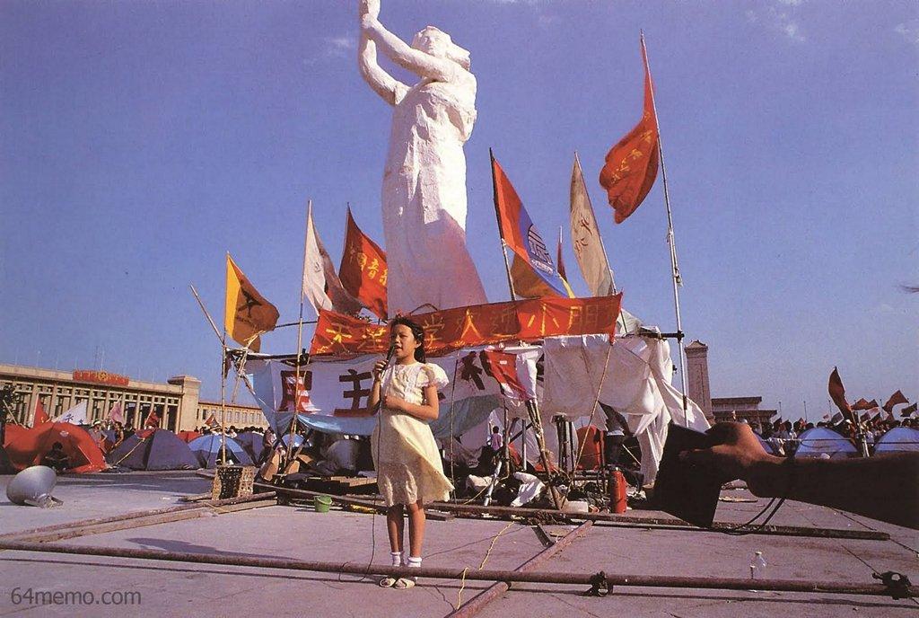 1 июня 1989 г. – День детей. Штаб управления охраной площади Тяньаньмэнь пригласил детей отметить праздник возле статуи Свободы. Фото: 64memo.com