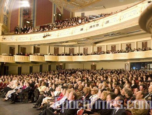 Зал оперного театру (Detroit Opera House) Детройта заповнений глядачами, які зачаровано дивляться виступи творчого колективу «Шеньюн». Фото: Велика Епоха