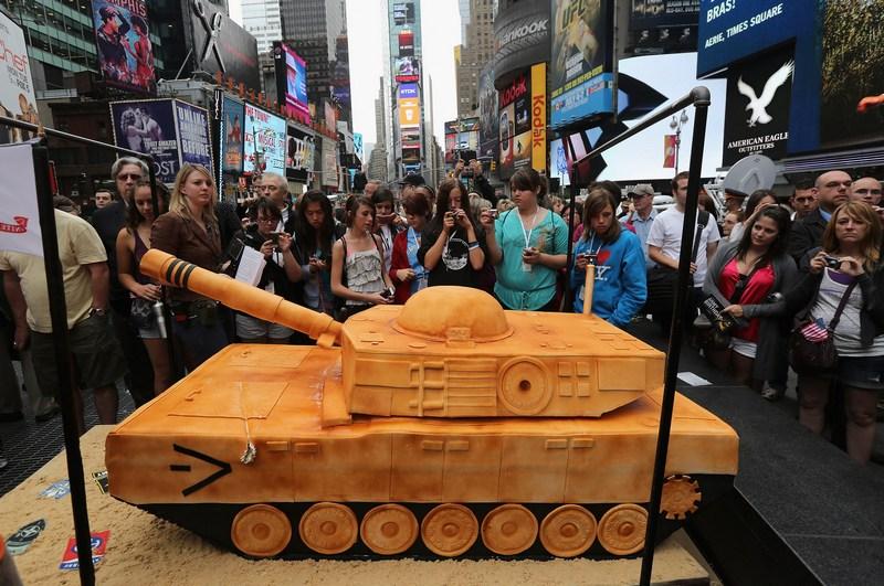 Нью-Йорк, США, 14 июня. Туристы фотографируют торт в виде танка весом 500 фунтов (около 227 кг), испечённый по случаю 237-й годовщине армии США. Фото: John Moore/Getty Images