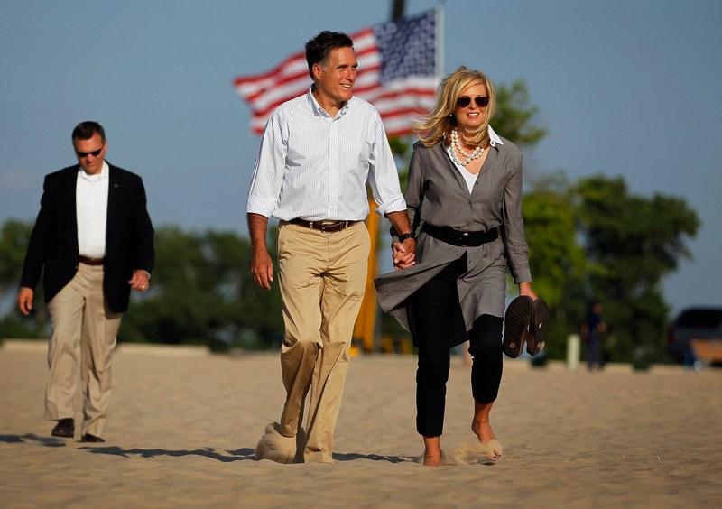 Холланд, США, 19 июня. Кандидат в президенты от республиканцев Митт Ромни с супругой Энн гуляют на пляже после завершения 5-дневного предвыборного турне по штату Мичиган. Фото: Joe Raedle/Getty Images