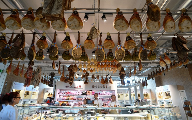 Рим, Италия, 13 июня. Уголок окорока и сыра в итальянском торговом центре Eataly («Еда из Италии»), являющегося частью мирового движения «За медленное питание». Фото: ALBERTO PIZZOLI/AFP/Getty Images