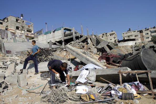 Палестинці оглядають руїни спортивного клубу в Бейт-Лахиї, який був зруйнований вночі 25 серпня 2011 в результаті ізраїльського бомбардування. Фото: Mohammed Abed / Getty Images