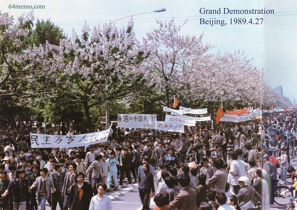27 квітня 1989 р. Демонстрація протесту, викликана статтею газети «Женьмінь жибао», в якій взяли участь як студенти, так і інші містяни. Вони несли транспаранти з написами «Хай живе демократія!», «Хай живе народовладдя!» Фото: 64memo.com
