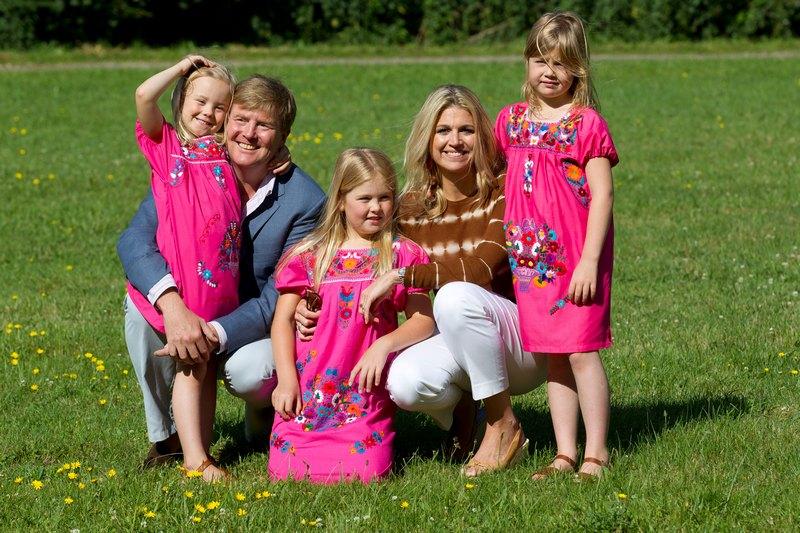 Гаага, Нидерланды, 7 июля. Королевская семья на отдыхе: кронпринц Виллем-Александр, принцесса Максима и дочери (слева направо) — принцессы Ариана, Амалия и Алексия. Фото: Michel Porro/Getty Images