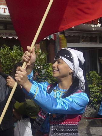 Кагла Эрген держит в руках турецкий флаг во время исполнения анатолийского народного танца. Она представила культуру Южной Анатолии и черноморского побережья. Фото: Чжихун Чжен/Великая Эпоха, Германия
