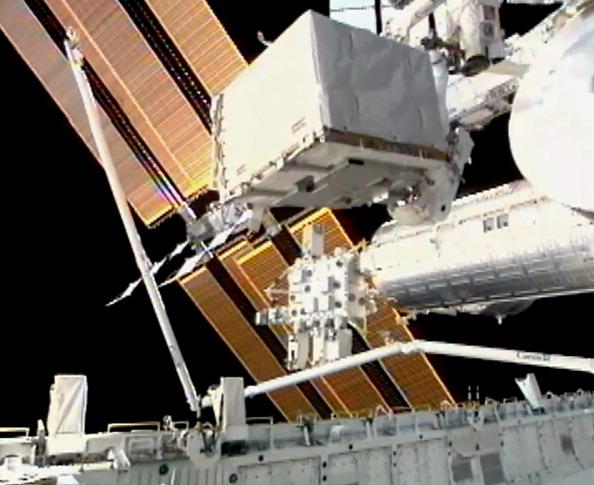 Астронавт Рональд Гаран перемещает неисправный насос системы охлаждения к грузовому отсеку шаттла «Атлантис». Фото: NASA via Getty Images