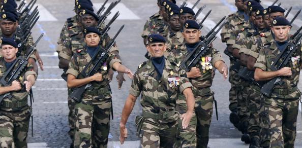 Офицер идет впереди французских воинских частей заморских территорий. Парад в Париже на Елисейских полях 14 июля 2011 года. Фото: Getty Images
